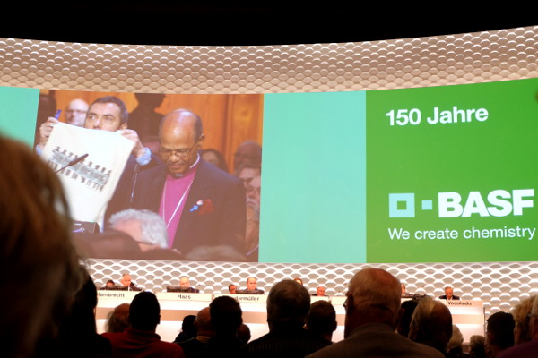 Anglican Bishop Jo Seoka addresses the BASF shareholder meeting in 2015. (Image courtesy of Jakob Krameritsch)