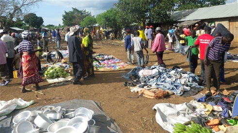 Kagoma weekly market in the Kyangwali refugee settlement in Uganda. (Pic: IRIN/RSC)