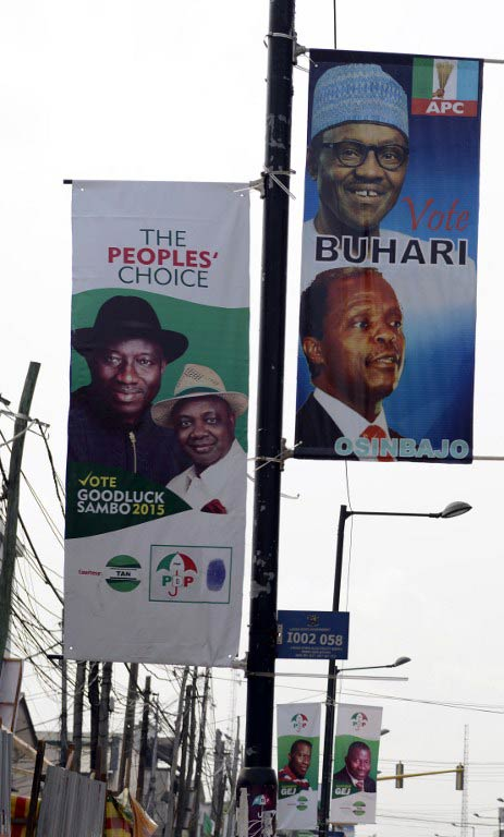 Nigerian President Goodluck Jonathan and APC main opposition party's presidential candidate Muhammadu Buhari signed the renewal of their pledges for peaceful elections on March 26 2015 in Abuja. (Pic: AFP)